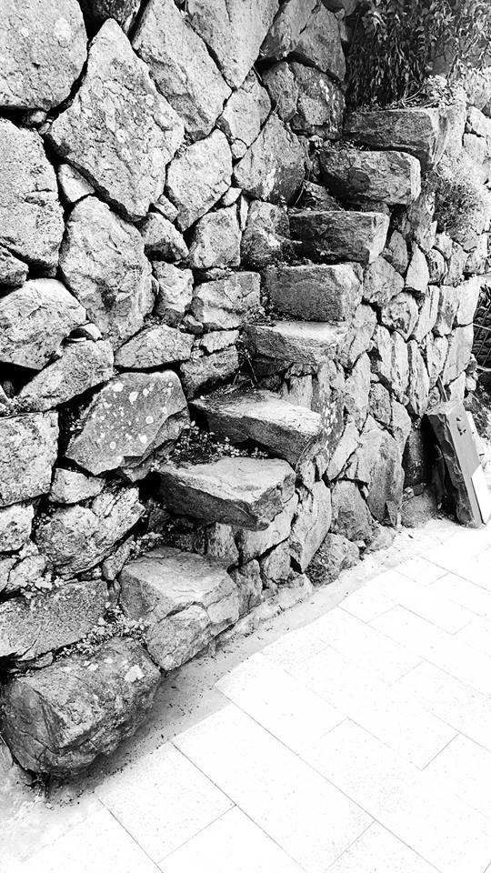 牛角村靠海處猶存一戶石屋,外牆斜斜伸出幾支石條,這可能是島上現存最艱險的水路之一。(王清勇提供)