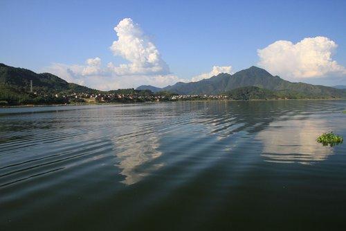▲湖波盪漾,對面就是溪口村