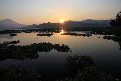 ▲清晨的湖面倒映著虔誠的心