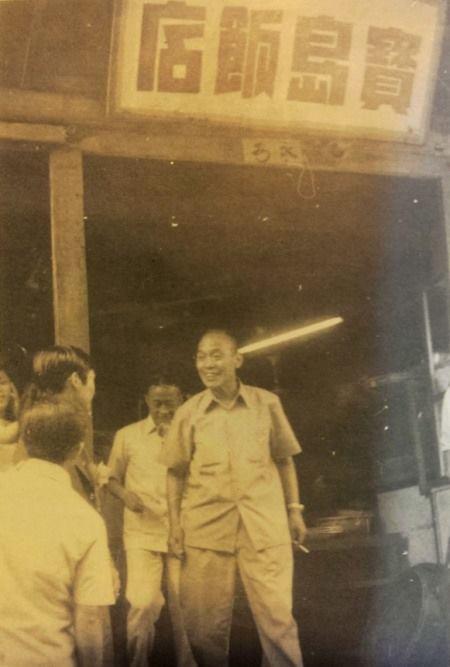 山隴軍友街寶島飯店,送客的是新郎倌姜秀華先生。(吳依水攝影)